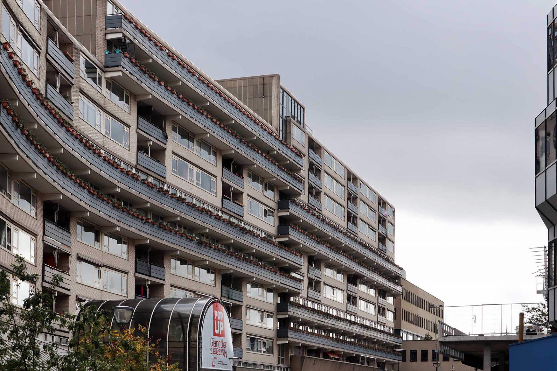Stadthuisplein. Ein gewaltiger Wohnriegel mit der angeschlossenen Emmapassage schiebt sich ins historische Zentrum.