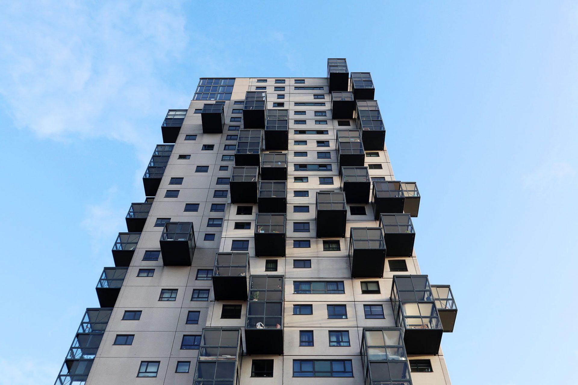 """De Stadsheer. """"Vogelkookies"""" nennen die Tilburger die Sonnenräume, die asymmetrisch vor der Fassade hängen."""
