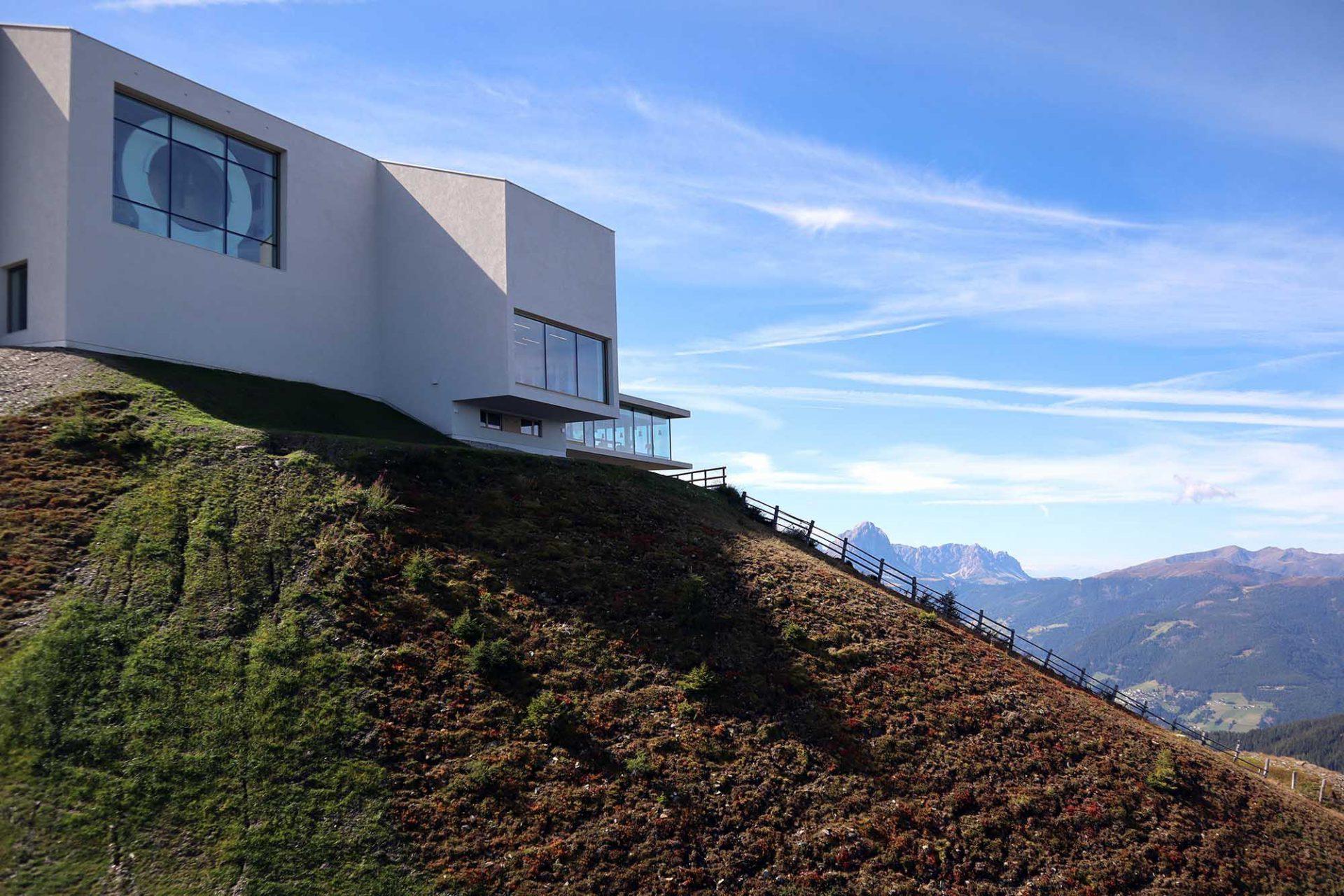 Lumen Museum der Bergfotografie. Der Architekt Gerhard Mahlknecht des Brunecker Büros EM2 entwarf mit Stefano D'Elia und Giò Forma aus Mailand eine funktional-klare Architektur, die sowohl die alte Bergbahn in den Museumsbau integriert als auch leicht und elegant wirkt.