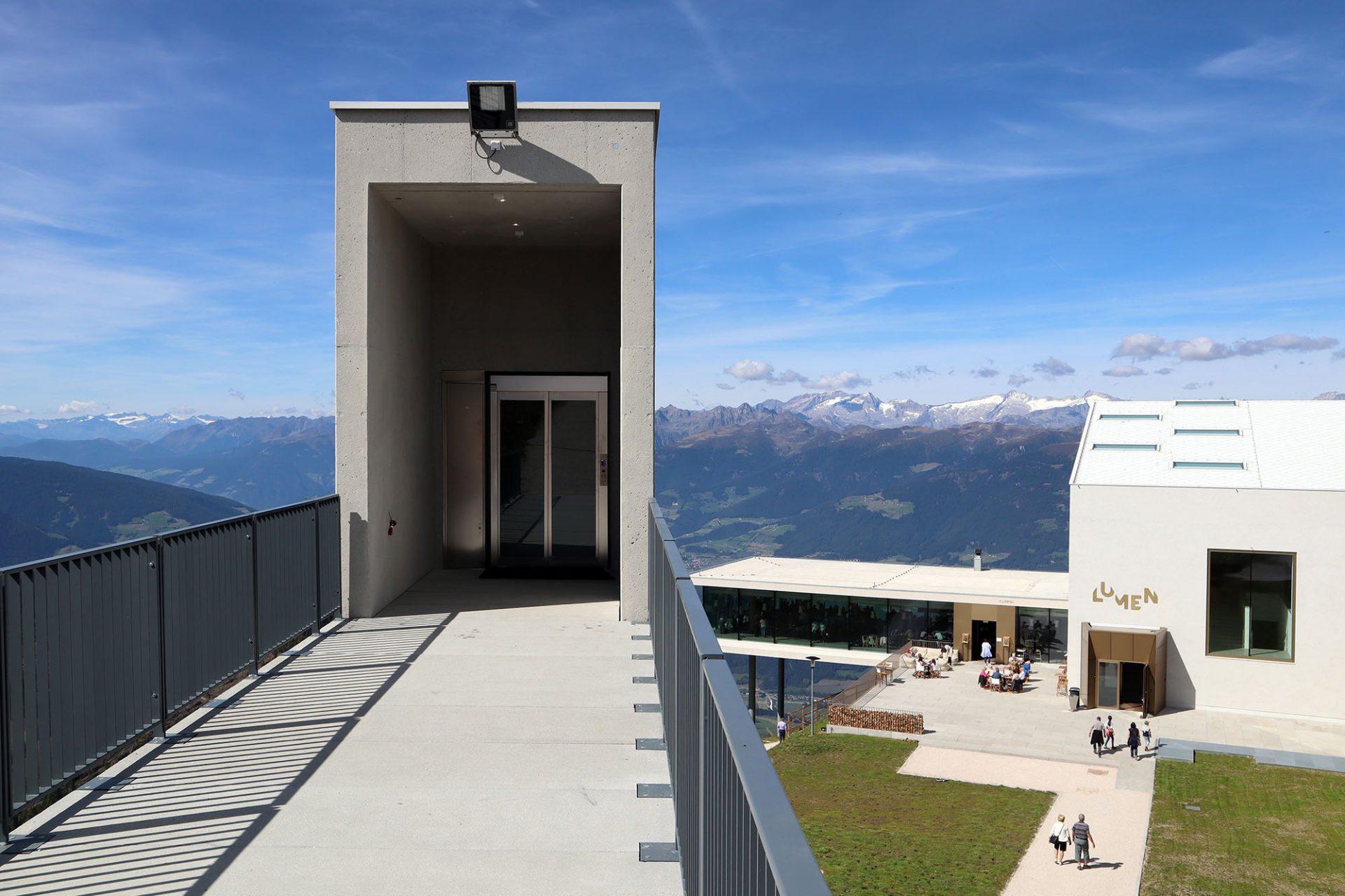 Lumen Museum der Bergfotografie. Auf 1.800 Quadratmeter und vier Etagen zeigt das Museum die Fotografie der Berge – von der Geschichte der Bergfotografie bis hin zur Gegenwart sowie Wechselausstellungen, die das Thema aufgreifen.