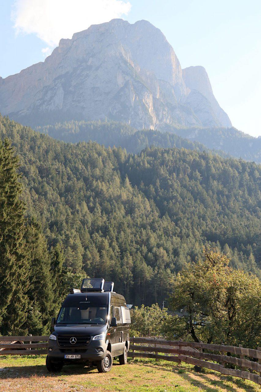 Seiser Alm. Die Seiser Alm auf einer Höhe von 1.826–2070 Meter Höhe bildet die größte, geschlossene Almfläche Europas.