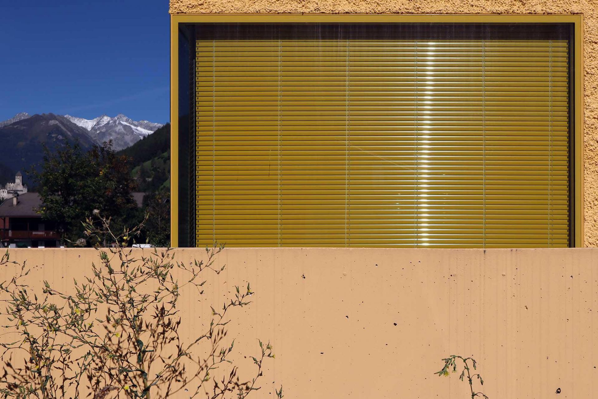 Feuerwehrwache, Sand in Taufers. Die Konzentration auf Form, Farbe und Material zeigt exemplarisch die Herangehensweise der Brüder-Architekten aus Bruneck.