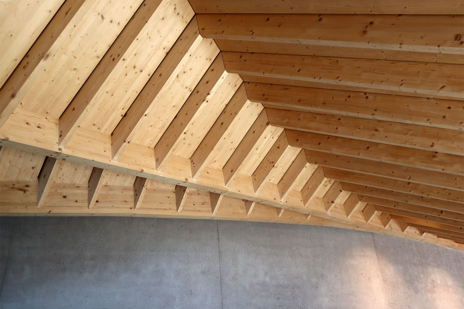 Oberholz, Obereggen. Hier formen sie stubenartige Nischen, die den Restaurant- und Cafébereich unterteilen. Die Fassade besteht aus Lärchenholzlatten, die Tragstruktur und die Innenverkleidung aus Fichtenholz.