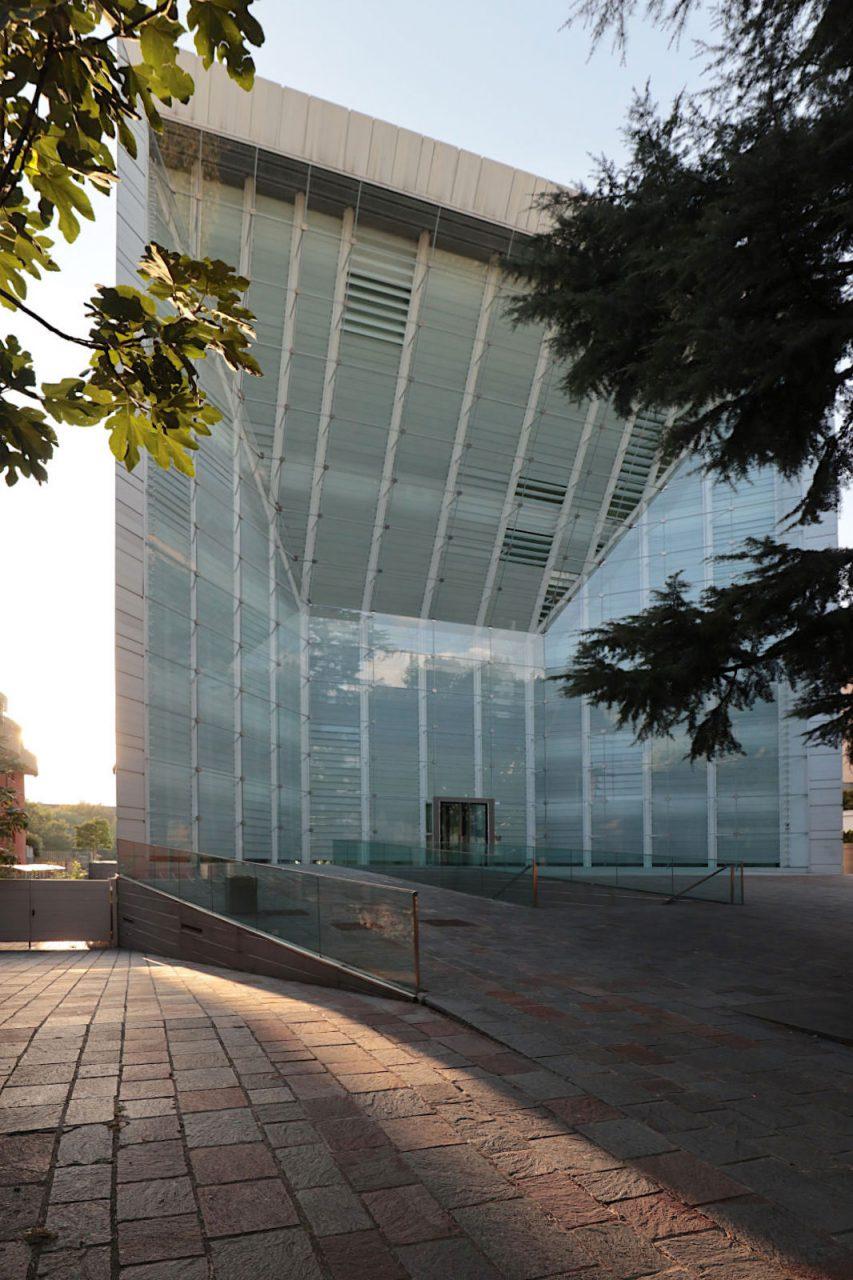 Museion Museum für Moderne Kunst, Bozen. Auf diese Weise soll die hermetische Kunstbox überwunden werden. Tagsüber wird über bewegliche transluzente Lamellen das Tageslicht in die Ausstellungsbereiche gelenkt. Abends wird die Lamellenebene zur Projektionsfläche. Bild-, Licht- und Videokunst werden zum Bestandteil des Stadtbildes.