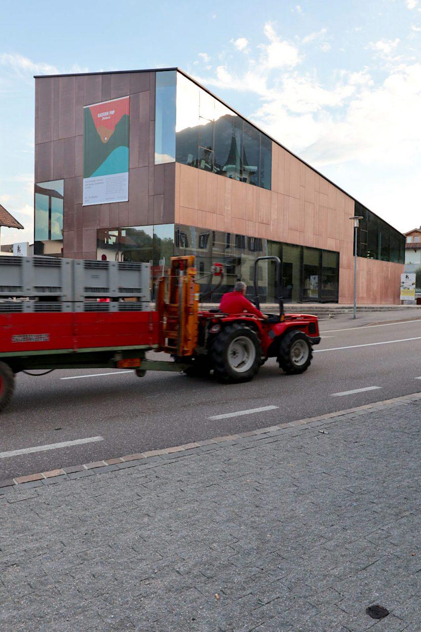 Kellerei Kaltern. Entwurf: feld72. Fertigstellung: 2006. Von der Straße wirkt der Neubau der Architektengruppe feld72 mit der Hülle aus glasfaserverstärktem Beton monolithisch-warm. Selbstbewusst, aber nicht abweisend.