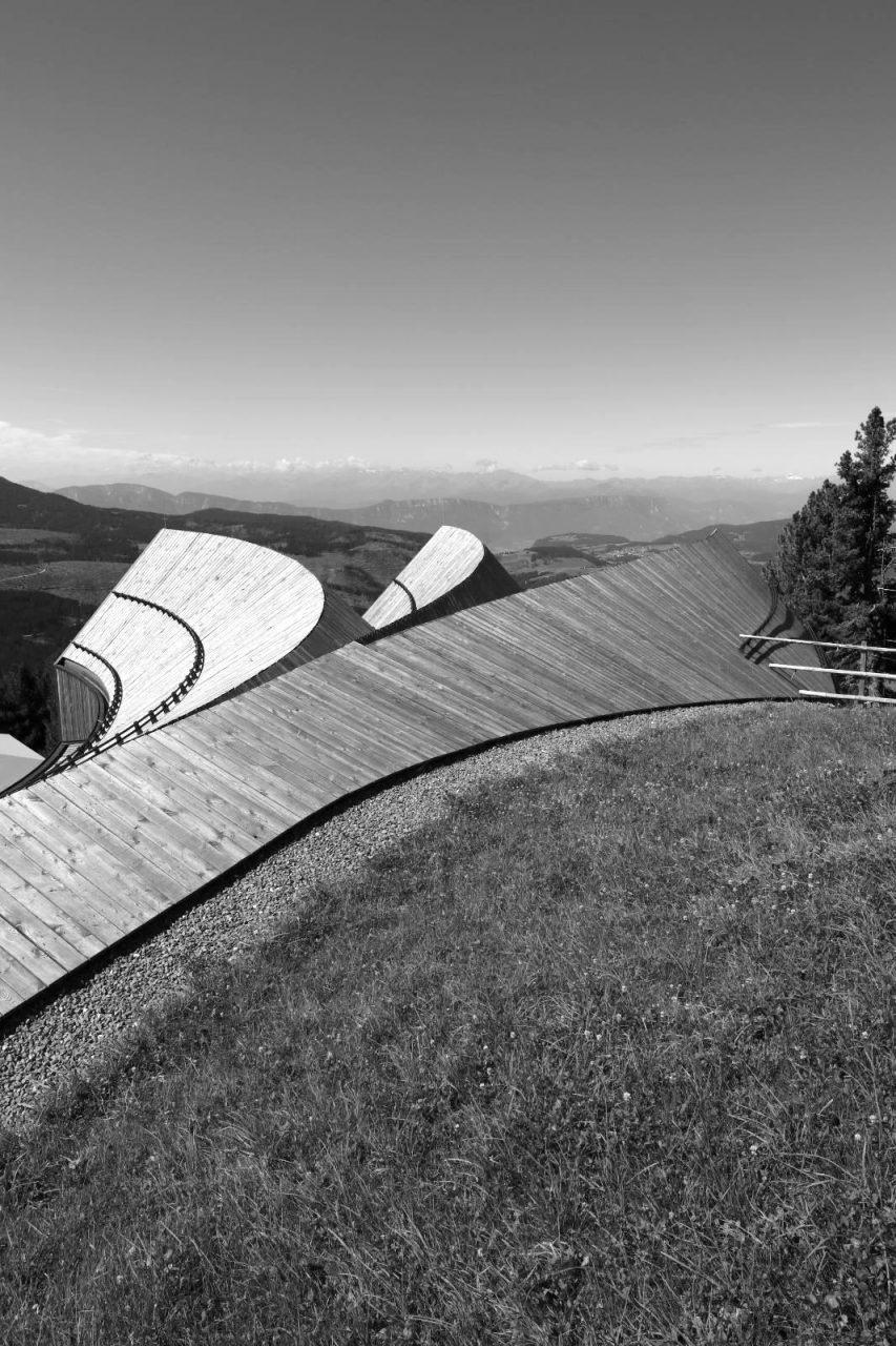Oberholz, Obereggen. Ein Bau, der für den sinnvollen Umgang mit Materialien und stellvertretend für die neue Südtiroler Baukultur steht und zeitgenössische Architektur selbstbewusst, sensibel und bodenständig erscheinen lässt.