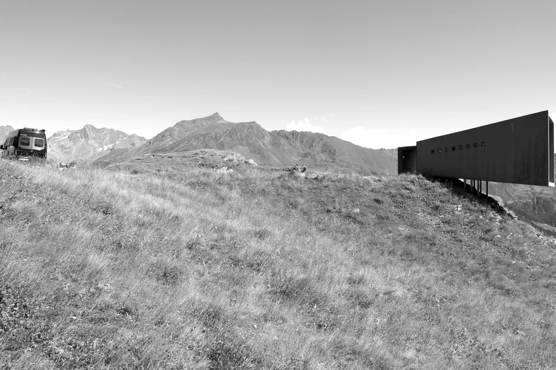 Timmelsjoch Erfahrung. Auf der Hochalpenstraße Timmelsjoch auf teils über 2.500 m Höhe hat der Südtiroler Architekt Werner Tscholl sechs Architektur-Skulpturen geschaffen. Eins davon: das Fernrohr.