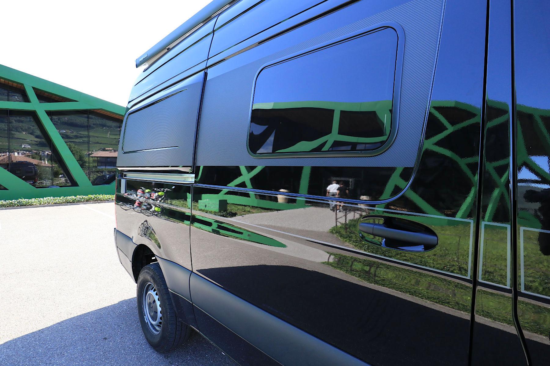 Tramin. Beweglich, wendig, flexibel – wichtige Punkte bei einer Architekturreise mit einem Camper Van. Wie hier bei dem Stopp an der expressiven Kellerei Tramin, entworfen vom Südtiroler Baumeister Werner Tscholl.