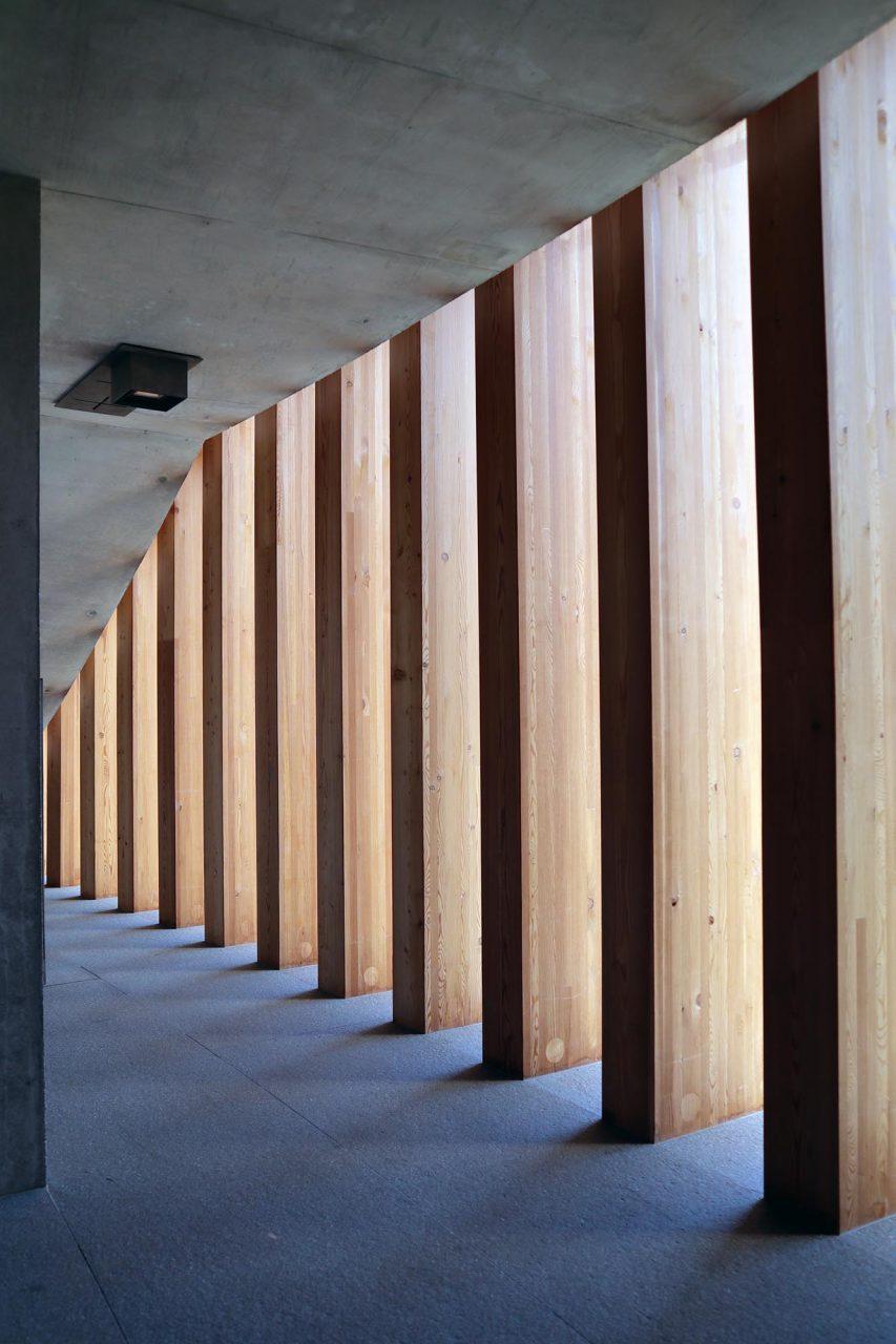 Franziskuskirche, Seiser Alm. Dach- und Wandkonstruktion sind aus Lärchenholz. Die Bank- und Sitzreihen sind im Viertelkreis angeordnet und sind ebenfalls aus Lärchenholz. Licht, Raum und Anordnung harmonieren und die aus Südtirol kommenden Materialien fügen sich gut in das Gesamtbild der Franziskuskirche.