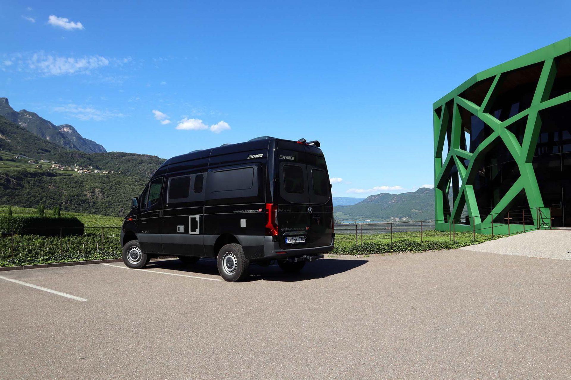 Kellerei Tramin. Anfangs umstritten ist der Tscholl-Bau heute ein Wahrzeichen des kleinen Ortes mit dem berühmten Wein.