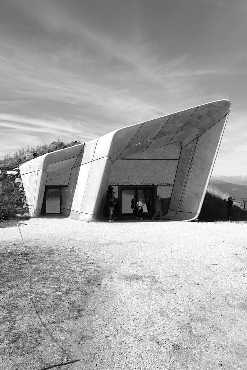 MMM Corones. Das MMM Corones auf dem Gipfelplateau des Kronplatzes auf 2.275 Meter Höhe zeigt die Geschichte des Alpinismus. Das Projekt Messner Mountain Museum (MMM) umfasst sechs Bauten.