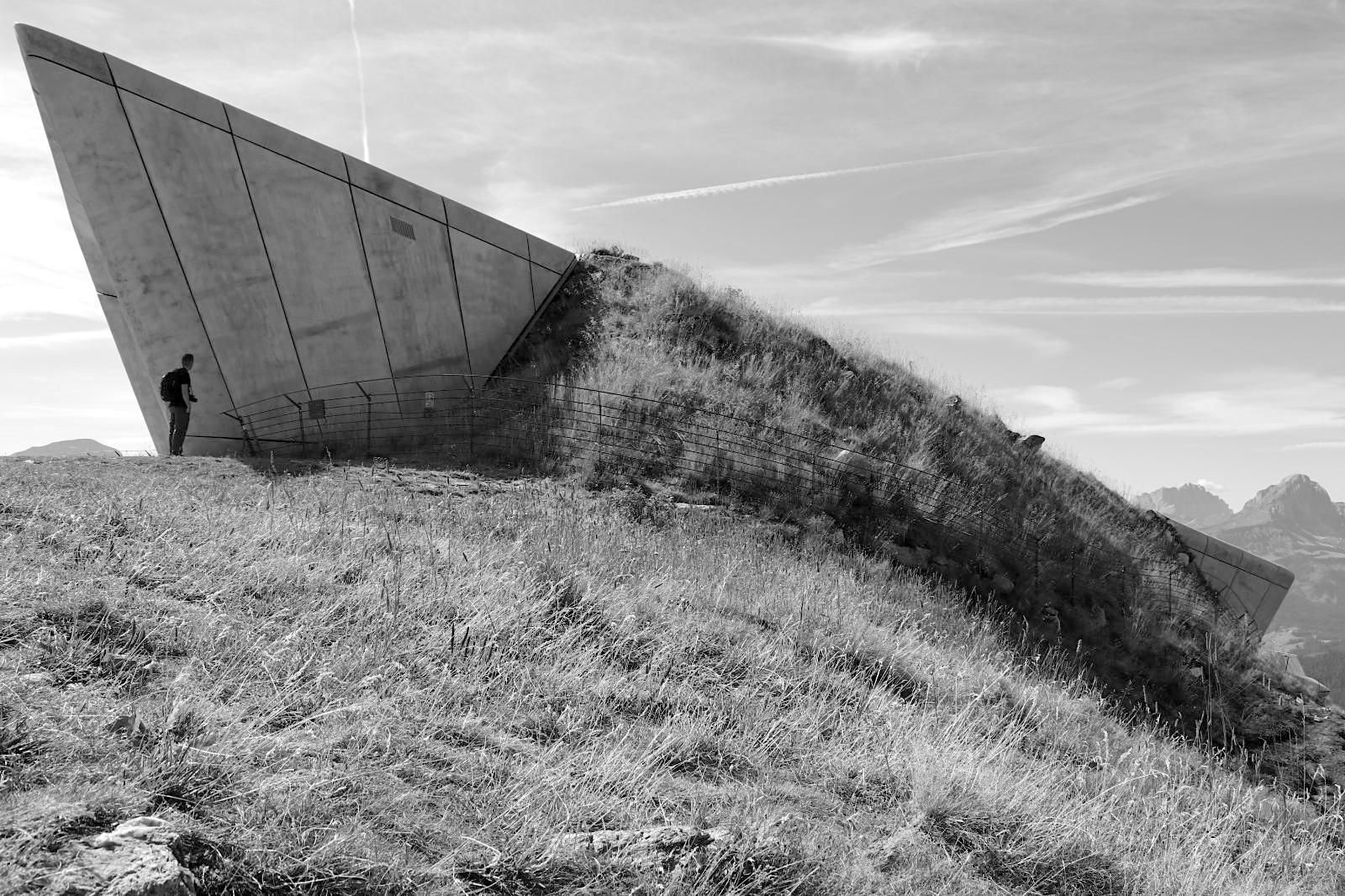 MMM Corones. Der Zaha Hadid-Entwurf bildet den Abschluss der MMM-Reihe. Hadids Gebäude gilt als erstes Projekt, das nach parametrischen Maßstäben in Südtirol gebaut wurde.