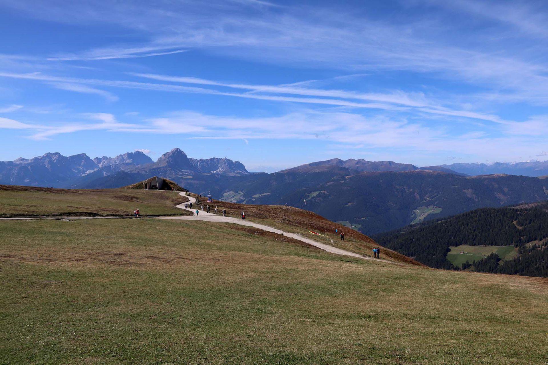 MMM Corones. Dieser unverstellte, weite Blick. Dieses erhabene Rundum-Panorama. Dieses Getümmel. Von den Dolomiten über das Pustertal bis hin zu den Zillertaler Alpen kann man hier schauen. Zugleich liegt der Berg am Schnittpunkt der drei Kulturen Südtirols, der deutschen, ladinischen und der italienischen.