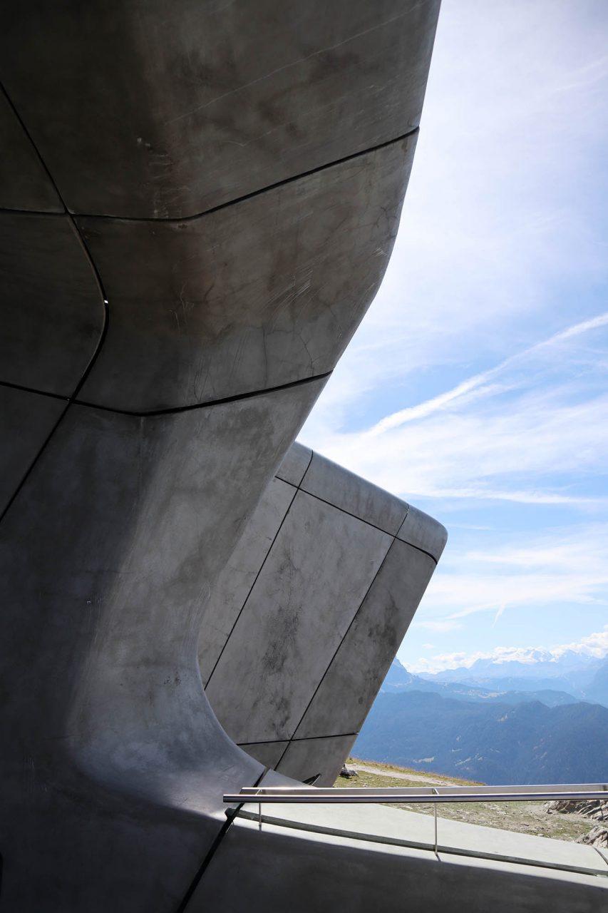 MMM Corones. Beton spielt dabei eine zentrale Rolle, sowohl für Außen als auch für den Innenausbau.