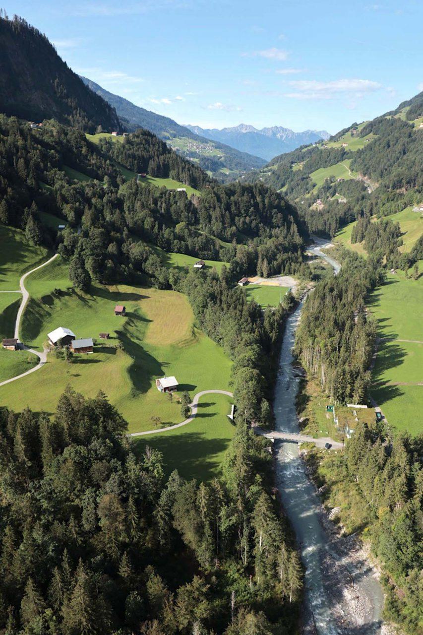 Großes Walsertal. Der Gebirgsbach Lutz durchfließt das enge Tal auf einer Länge von etwa 25 Kilometern.