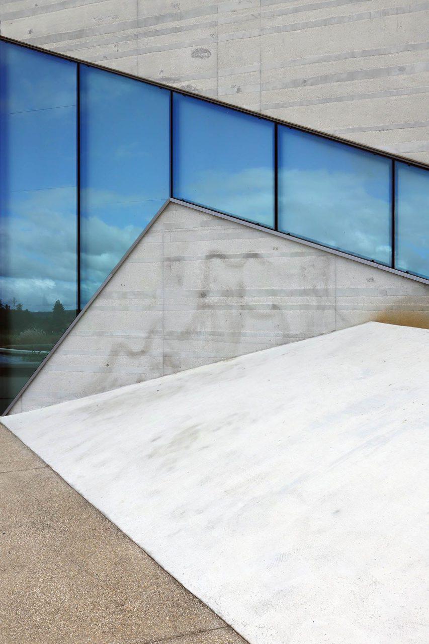 Centre International de l'Art Pariétal. Über einen gläsernen Aufzug gelangen die Besuchergruppen zunächst auf das Dach des Besucherzentrums. Von hier begeben sie sich auf eine erstaunliche Entdeckungsreise durch die Höhle von Lascaux IV.