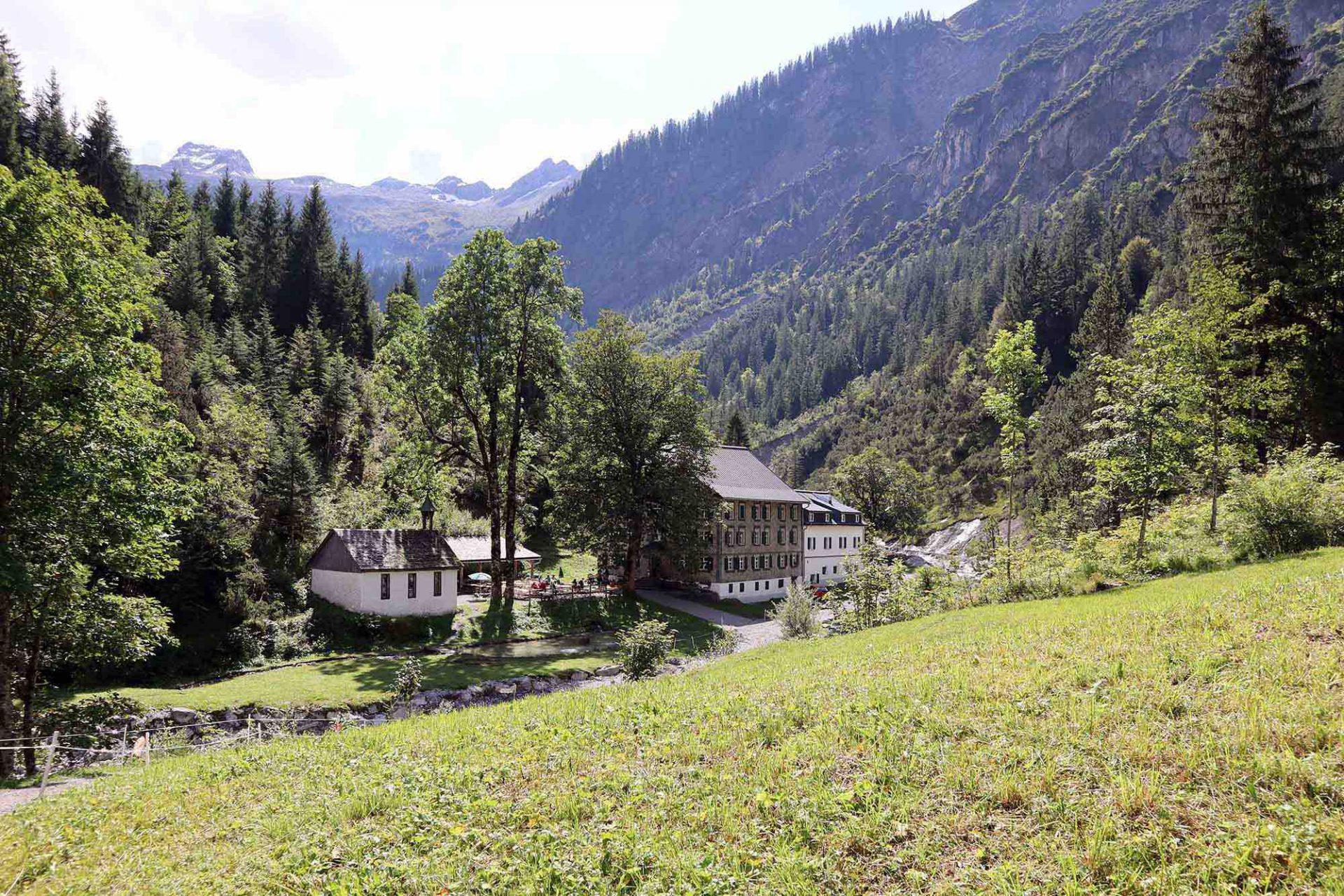 Bad Rothenbrunnen. Ein schmaler Saumweg führt zum sagenhaften ehemaligen Alpenkurhaus.