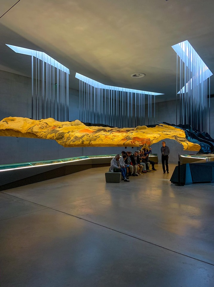 Centre International de l'Art Pariétal. Das Londoner Designstudio Casson Mann gestaltete ein besonders überzeugendes Besuchererlebnis für das Museum und interpretierte die paläolithisch bemalte Höhle mit interaktiver Technologie neu.