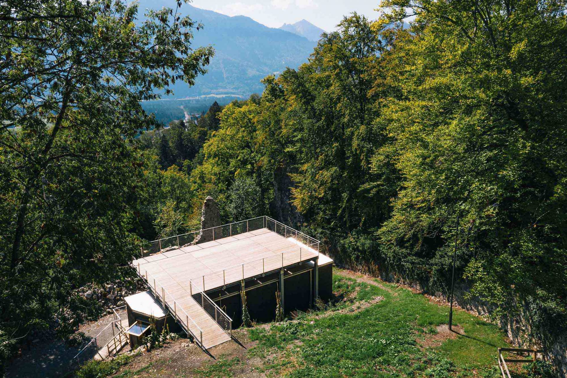 Kulturraum Blumenegg. Die Burg auf ca. 1.000 m Höhe wurde im 13. Jahrhundert erbaut und ist seit dem 18. Jahrhundert eine Ruine.