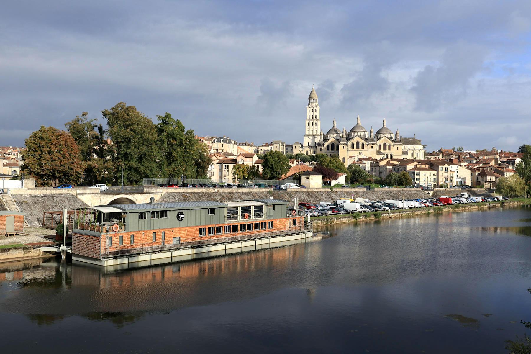 Périgueux. Neben der gallo-römischen Stätte zählt auch die Altstadt mit Bauwerken aus dem Mittelalter und der Renaissance zum UNESCO-Welterbe. Besonders die Türme der römisch-katholischen Kathedrale Saint-Front prägen die Silhouette der Kunst- und Museumsstadt Périgueux.