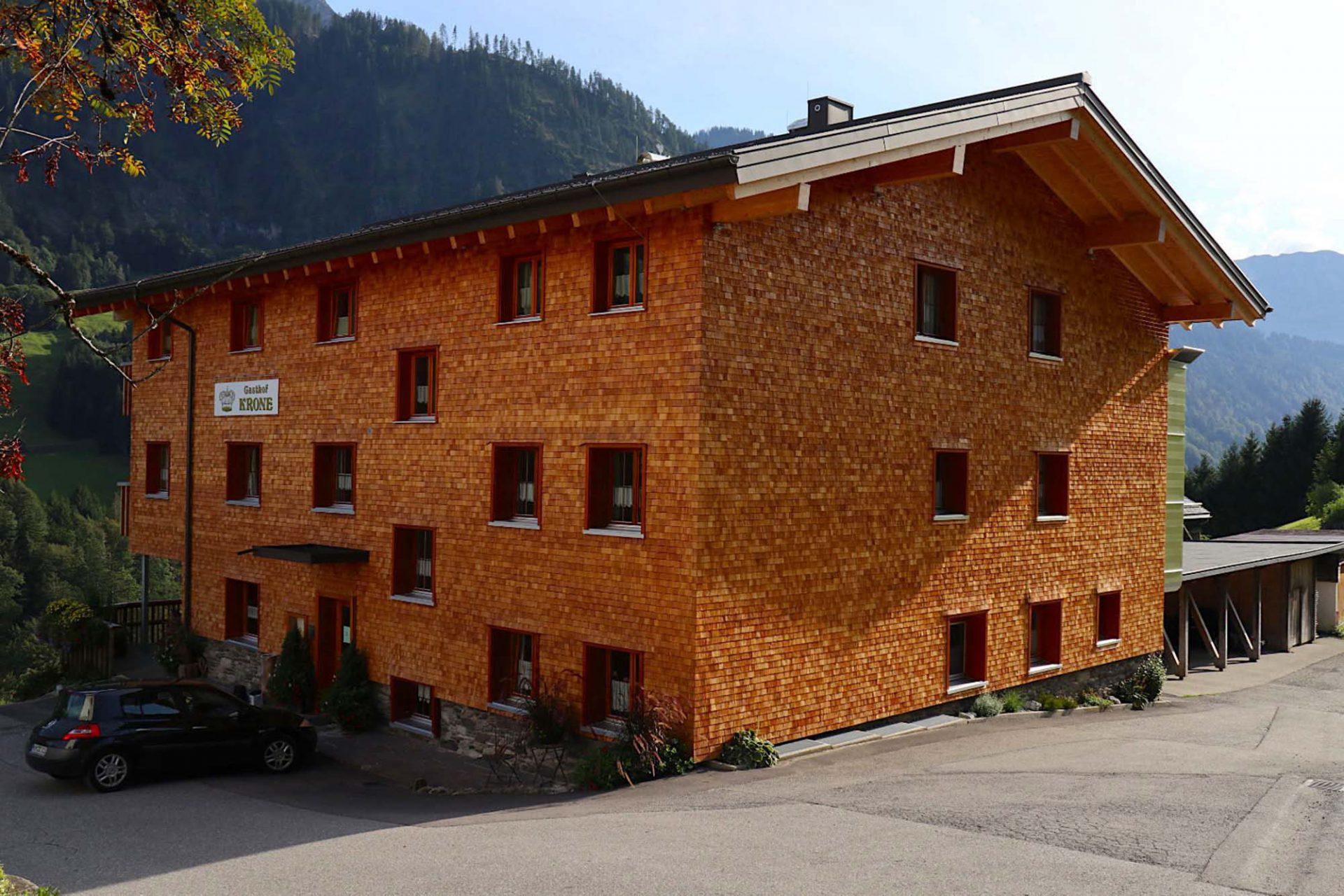 Gasthof Krone. Die traditionelle Fassadenbekleidung wird auch heute noch sehr häufig angewandt, wie bei der Renovierung und Aufstockung des benachbarten Gasthofs der Familie Kathan.