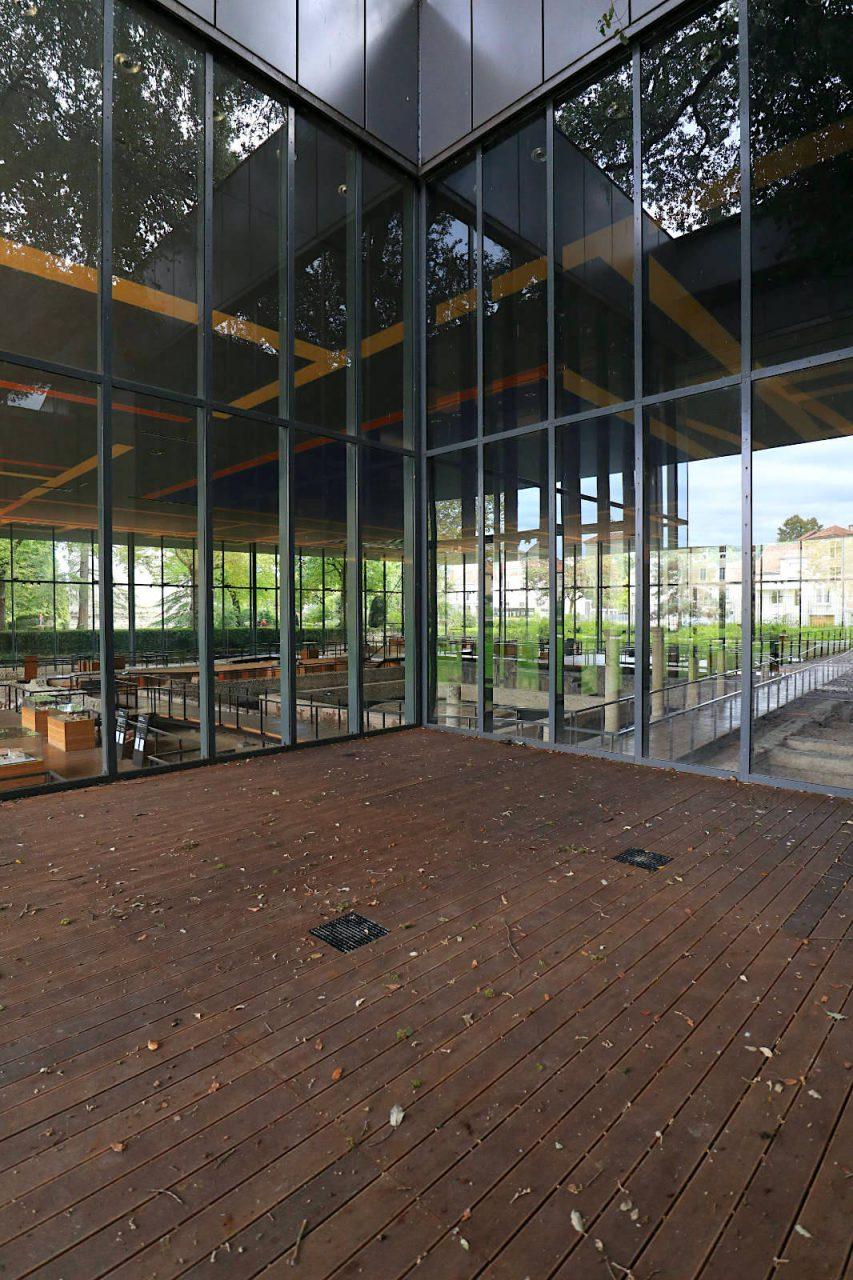 Musée Vésunna. Als einer der schönsten Räume erscheint der kleine, quadratische Vorplatz mit einer 200 Jahre alten Eiche.