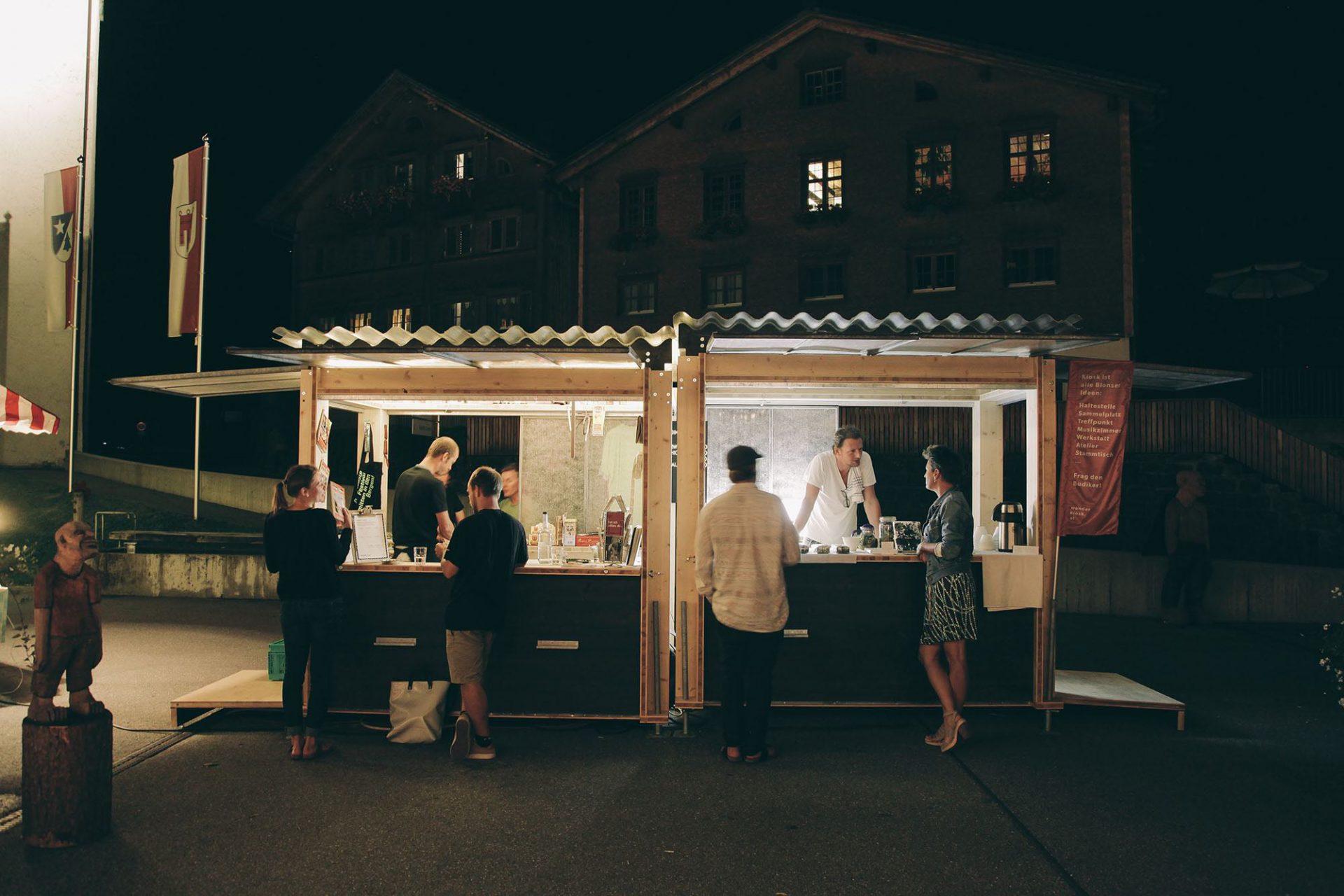 Wanderkiosk Blons. Die erste Haltestelle des Kiosk° wird beim Walserherbst auf dem Dorfplatz Blons im Großen Walsertal sein. Der temporäre Kiosk mit kleiner Verkaufsfläche soll auch Mittelpunkt für Kleinkunst-Veranstaltungen sein.