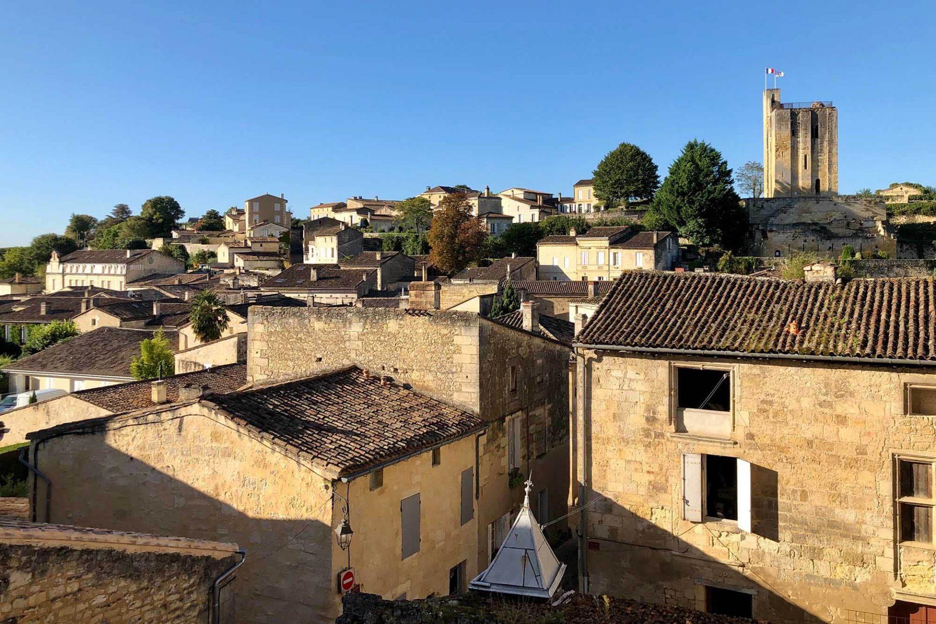 Saint-Émilion. Der kleine Ort zählt mit seiner umgebenden Landschaft, den scheinbar endlosen Weinreben und den zahlreichen Weingütern seit 1999 zum UNESCO Weltkulturerbe.