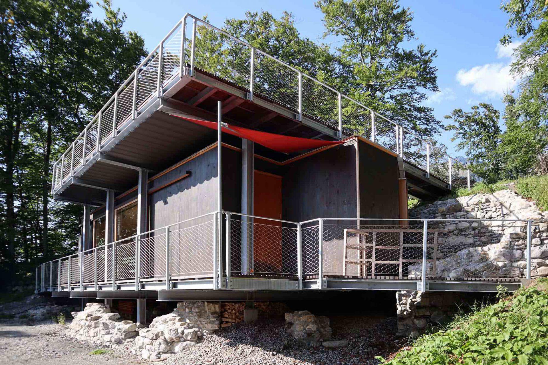 Burgruine Blumenegg. Der von Martin Mackowitz 2018 errichtete Kulturpavillon am Thüringerberg hat sich zu einer festen kulturellen Institution des Tals entwickelt.