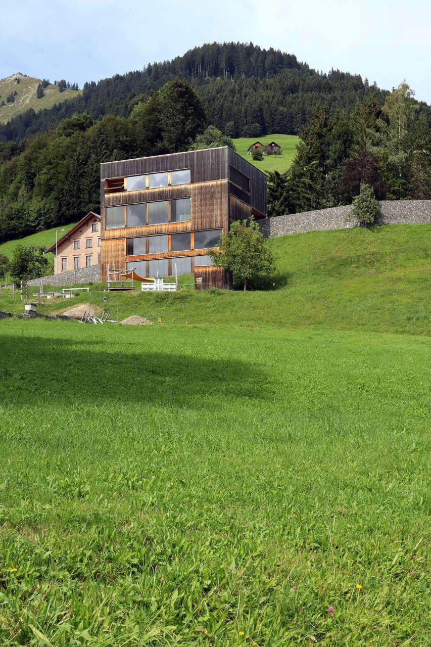 Gemeindezentrum St. Gerold. Der Solitär steht an einem steil abfallenden Südhang des Großen Walsertals und entstand 2009 rundum ökologisch nach einem einem Entwurf von Cukrowicz Nachbaur Architekten aus Bregenz.