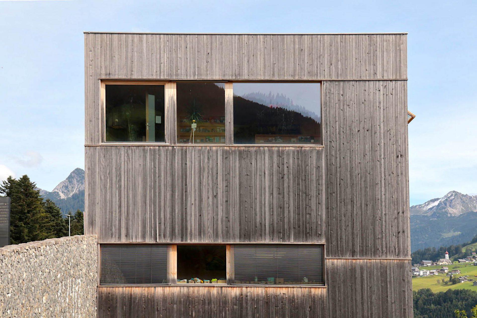 Gemeindezentrum St. Gerold. Es war der erste viergeschossige Holzbau in Vorarlberg. Die Liftkonstruktion und -auskleidung aus Leimholz wurde ausschließlich aus lokalem Holz mit heimischen Handwerksbetrieben errichtet.