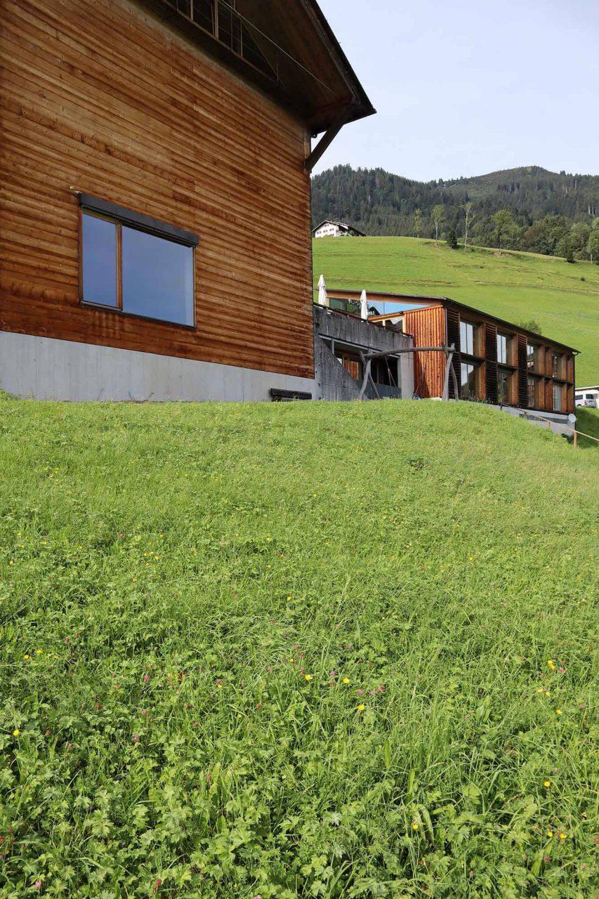 Gemeindezentrum Blons. Die zwei getrennten, in Holzbauweise gefügten Baukörper entstanden 2004 nach einem Entwurf des Bludenzer Architekten Bruno Spagolla.