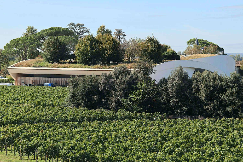 Château Château Cheval Blanc. Auch auf dem Nachbargrundstück entstand ein luftiger Weinkeller von einem Pritzker-Preisträger. Bereits 2011 entwarf Christian de Portzamparc eine weiße Betonskulptur mit schwebendem Garten als Erweiterung eines Herrenhauses aus dem 19. Jahrhundert.