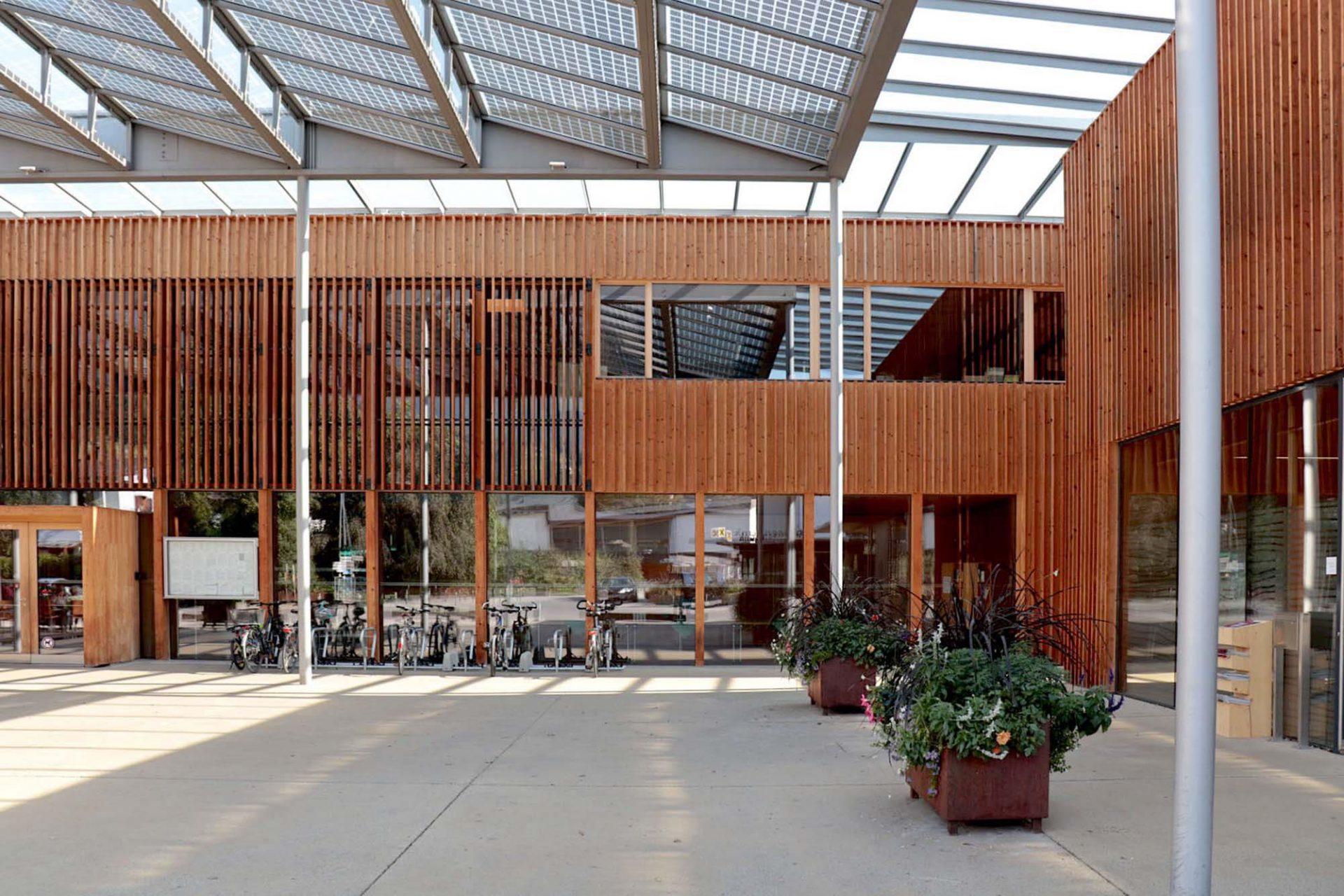 Gemeindezentrum Ludesch. Das von Hermann Kaufmann 2005 errichtete Gemeindezentrum wurde aufgrund seiner energetischen, baubiologischen und ökologischen Standards vielfach ausgezeichnet.
