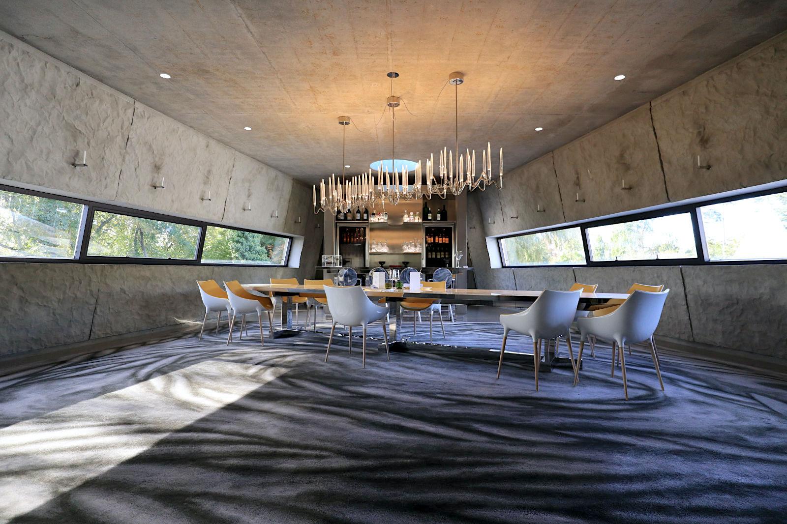 Château Les Carmes Haut Brion. ... und zwei oberen Geschossen, für die Fermentierung und exklusive Verkostungen. Das Interior Design kommt vollständig von Philippe Starck. Den Teppich entwarf seine Tochter, die Malerin Ara Starck.