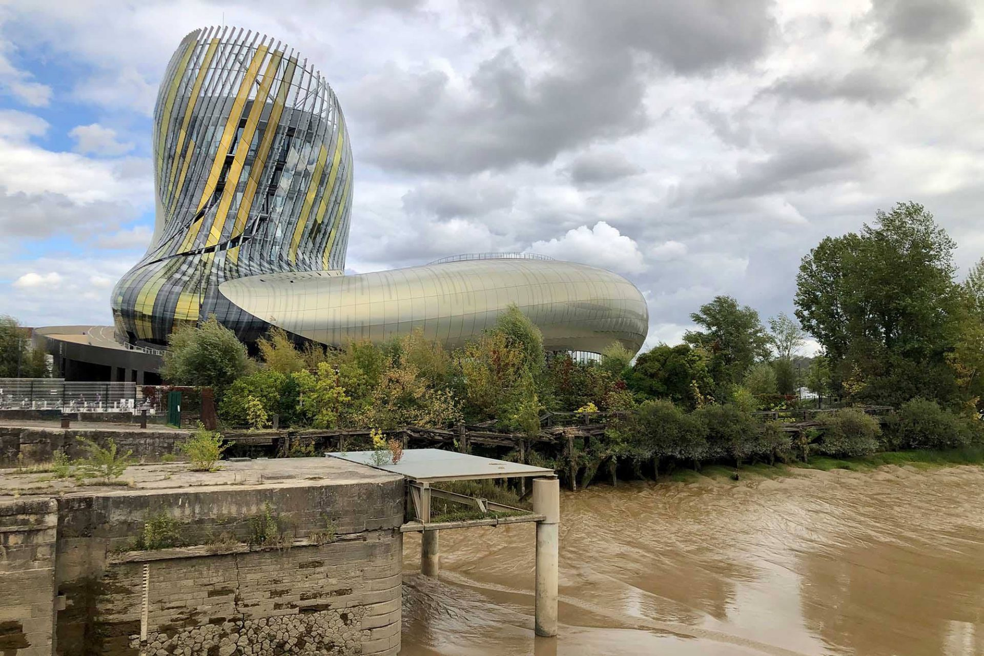 La Cité du Vin. Entwurf: Anouk Legendre, Nicolas Desmazières (XTU), 2016. Die Fassade des Museums, Themenparks und Vortragszentrums ist mit 2500 reflektierenden Aluminiumpaneelen verkleidet und bereits von Weitem sichtbar.
