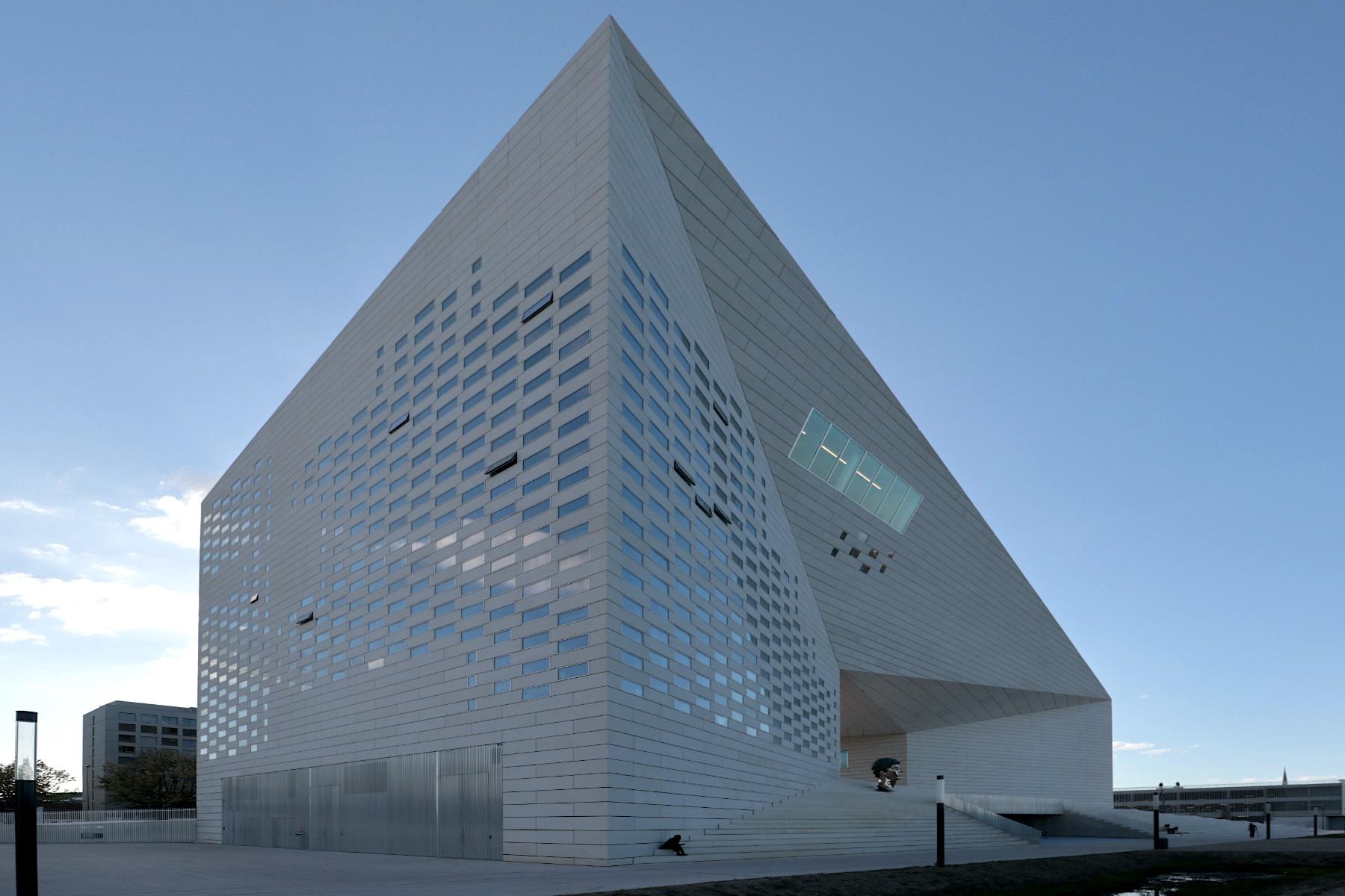 La Méca. Die Architekten ließen sie sandgestrahlen, um eine Oberflächenbeschaffenheit zu erzielen, die mit dem in Bordeaux traditionell verwendeten Sandstein harmonisiert.