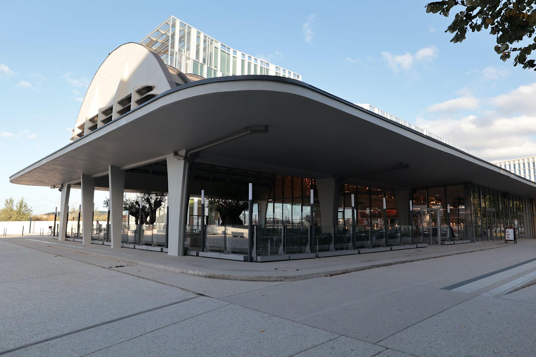 Halle Boca. Die Markthalle mit dem markanten Tonnenschalendach entstand 1938 und wurde 2018 von Agence Nicolas Michelin et Associés aufwendig saniert. Sie zählt heute zusammen mit dem Méca zu den markantesten Bauten im neuen Geschäftsviertel Euratlantique im Stadtteil Saint-Jean Belcier südlich des Bahnhofs Saint-Jean.