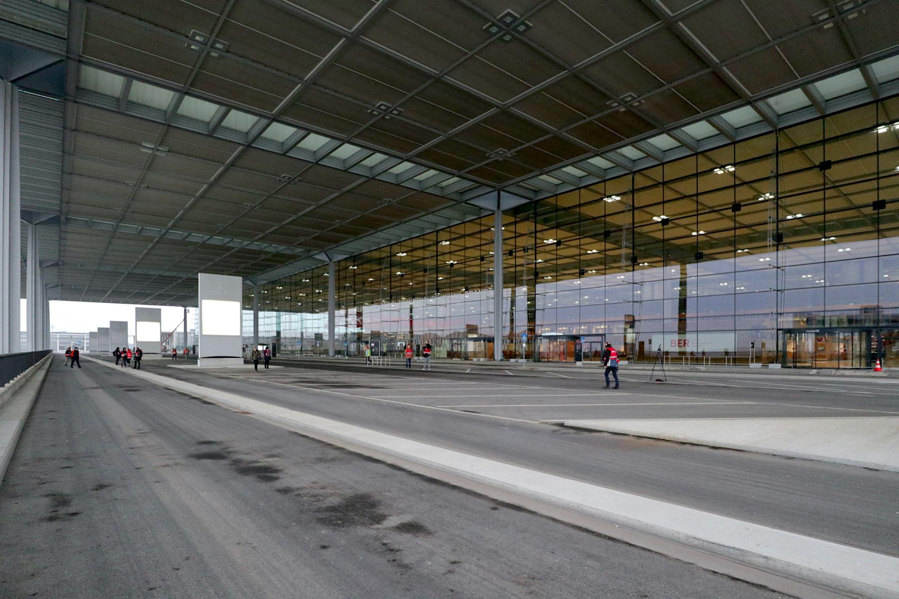 Flughafen Berlin Brandenburg BER. Der neue Flughafen besteht aus dem Fluggastterminal und der Airport City als Zentrum des parallelen Start- und Landebahnsystems. Alle Elemente nehmen die Achsen der Gesamtanlage auf und bilden eine architektonisch-funktionale Einheit.