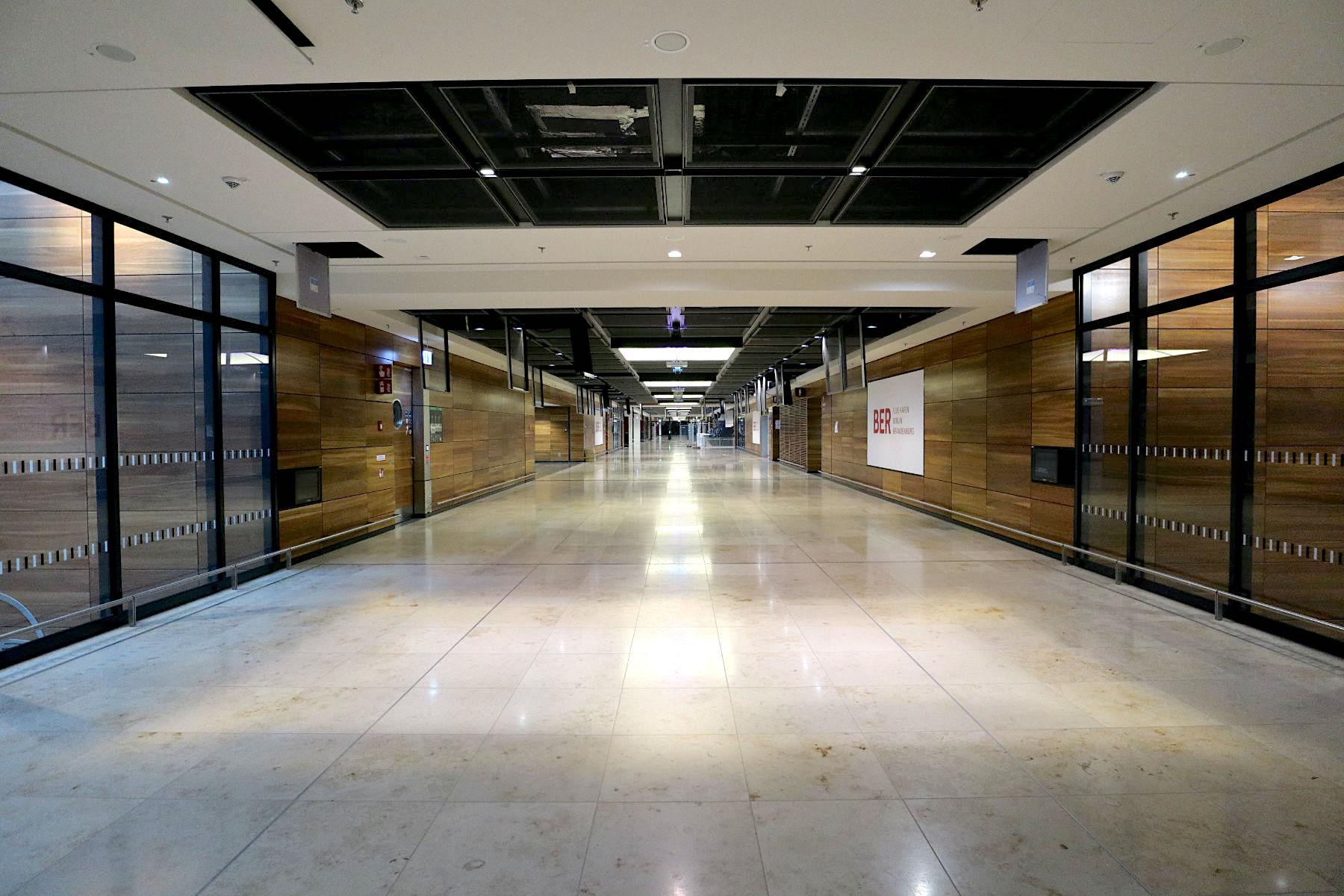 Flughafen Berlin Brandenburg BER. Das Terminal soll mit seinen gegliederten Fassaden und geometrischen Formen architektonische Elemente von Schinkel bis zum Bauhaus aufgreifen.