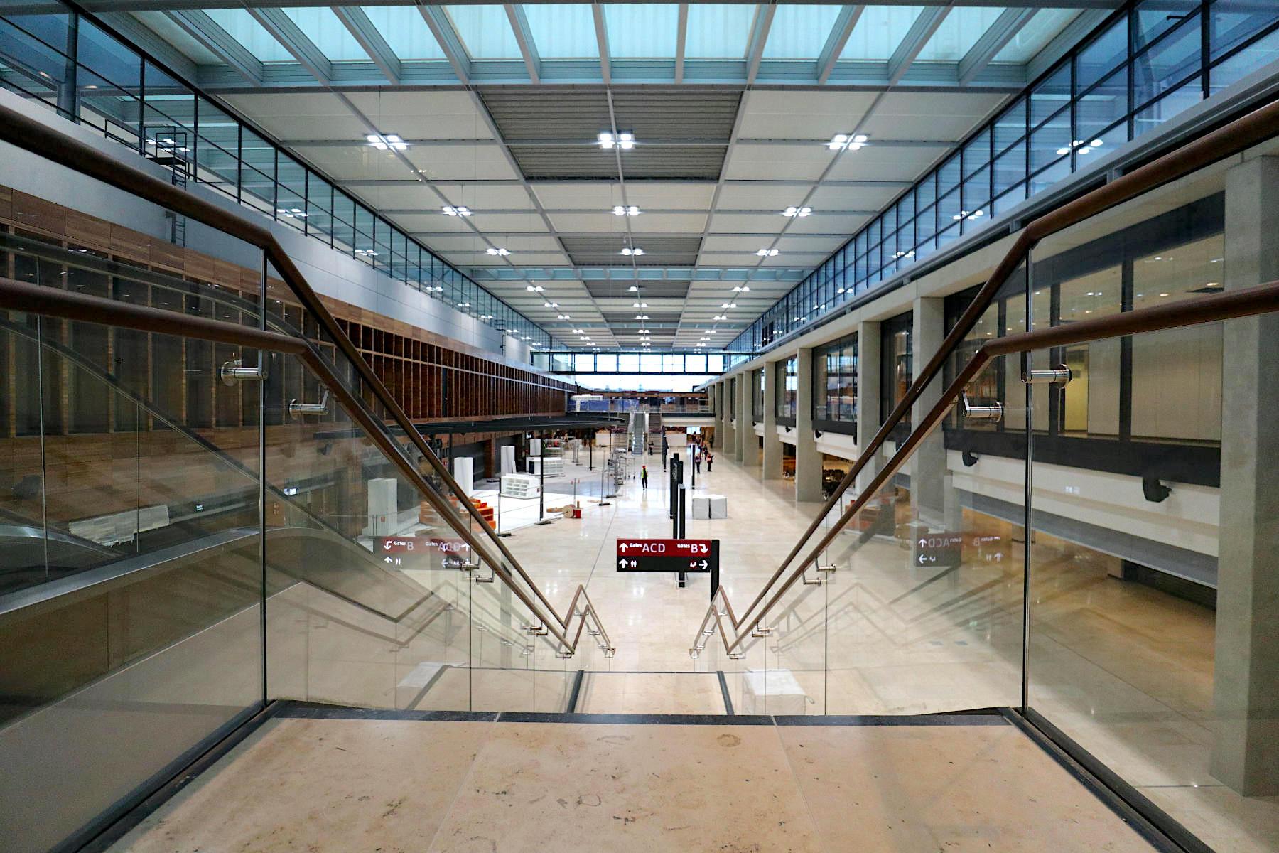 Flughafen Berlin Brandenburg BER. Am Mainpier gibt es 16 Fluggastbrücken.