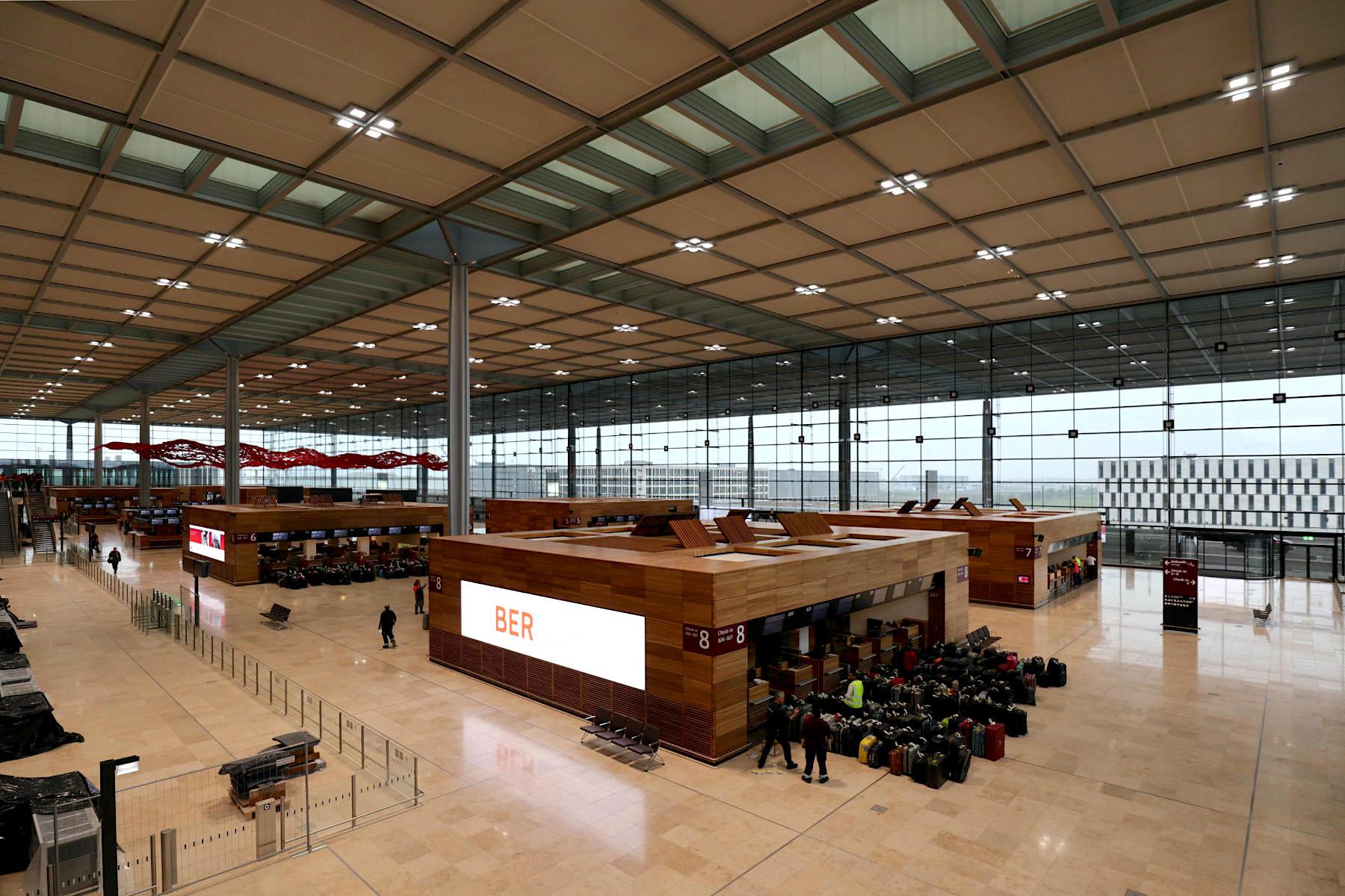Flughafen Berlin Brandenburg BER. Es gibt acht Check-in-Inseln in der Haupthalle und jeweils eine Check-in-Insel mit 12 Schaltern im Pavillon Nord bzw. Süd.