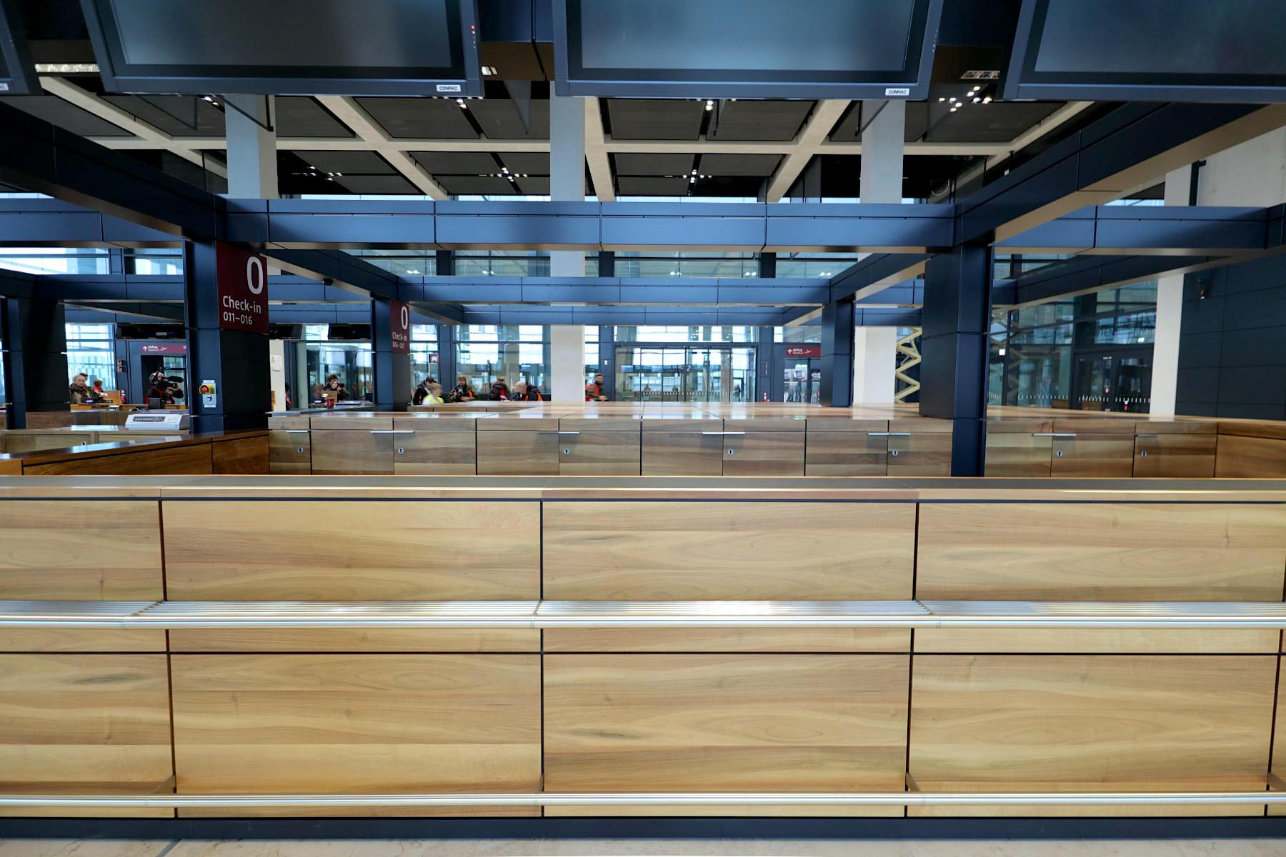 """Flughafen Berlin Brandenburg BER. Die """"Ebene E1"""": mit Abflugebene, Check-in, Sicherheitskontrollen, Retail, Gastronomie und Warteräumen."""