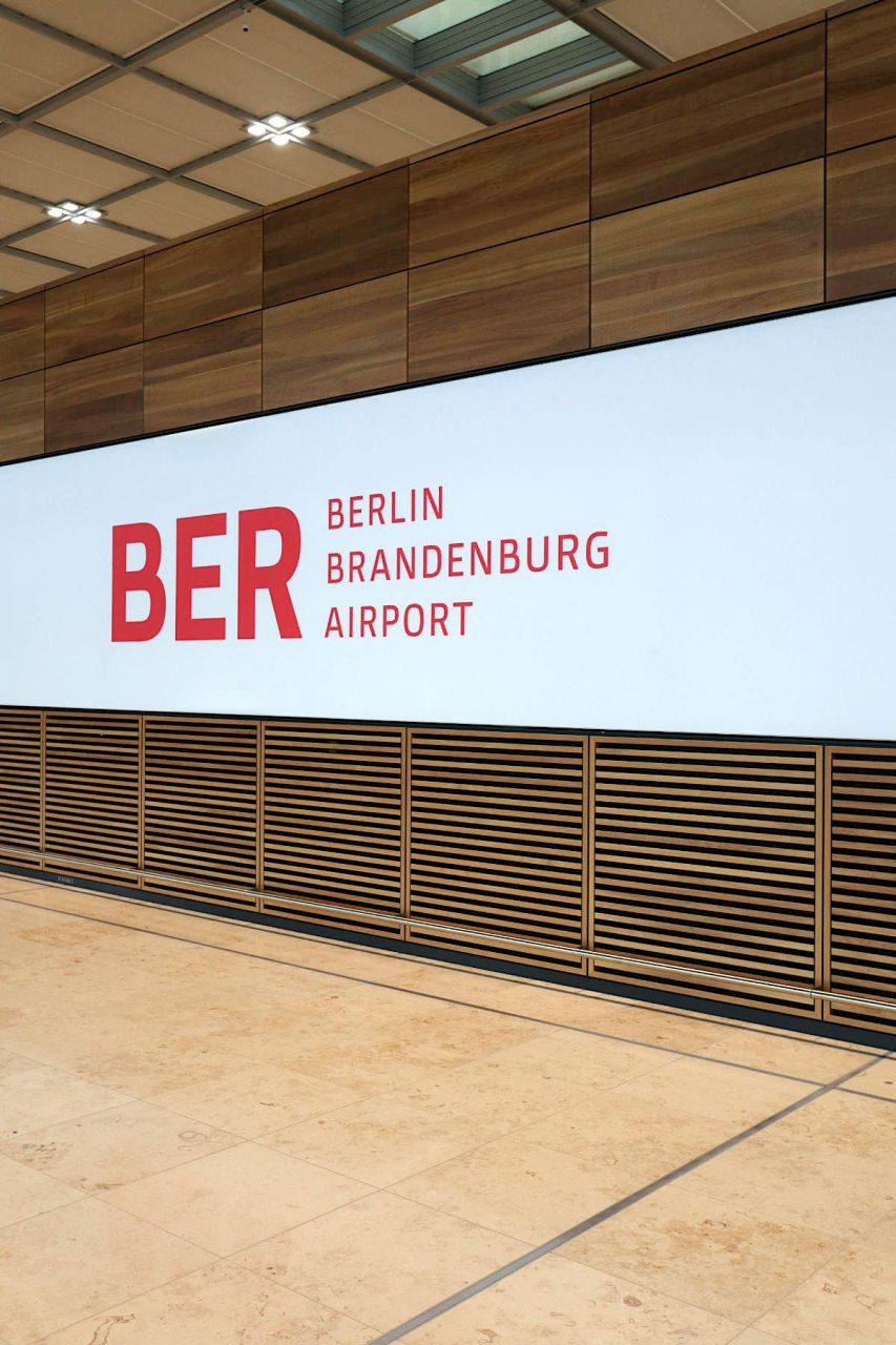 Flughafen Berlin Brandenburg BER. Das Berliner Designbüro Moniteurs hat das Orientierungssystem im Terminal gestaltet.