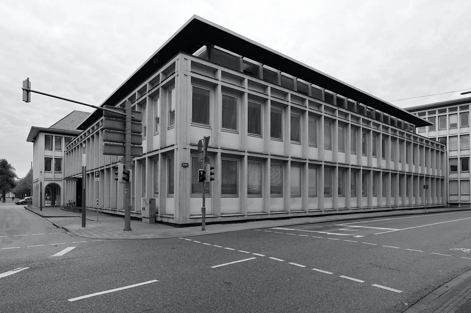 Amtsgericht. Entwurf: Fritz Langenbach, 1957. Das Hauptgebäude des Prinz-Karl-Palais wurde im Zweiten Weltkrieg zerstört. An dieser Stelle entstand das Amtsgericht als dreigeschossiger Bau mit Walmdach und dem offenen Arkadengang.