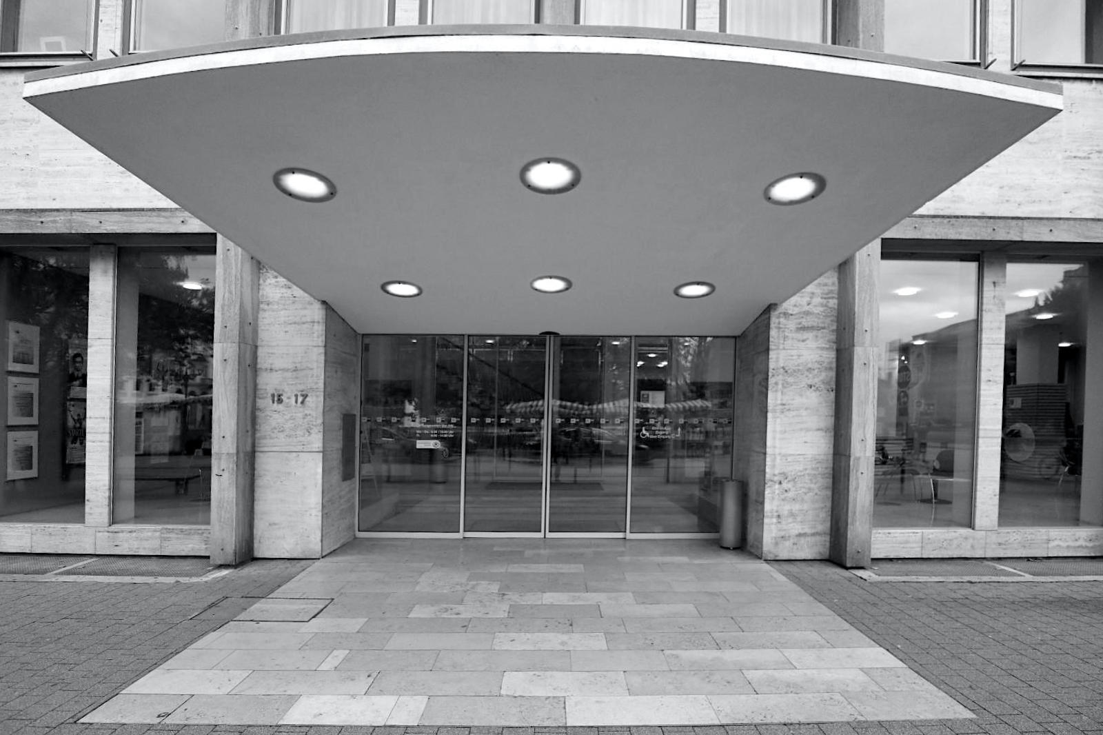 Industrie- und Handelskammer. Entwurf: Herrmann Backhaus, Harro Brosinsky, 1955. Der fünfgeschossige Stahlbetonskelettbau mit der Rasterfassade steht im Stadtzentrum in der Lammstr. und wurde 1998 durch Erich Schneider-Wessling modernisiert. Herrmann Backhaus (1921–2001) und Harro Brosinsky (1920–1992) haben neben Wohnsiedlungen und Bürogebäuden auch die Neue Synagage (1971) in Karlsruhe geplant und umgesetzt.
