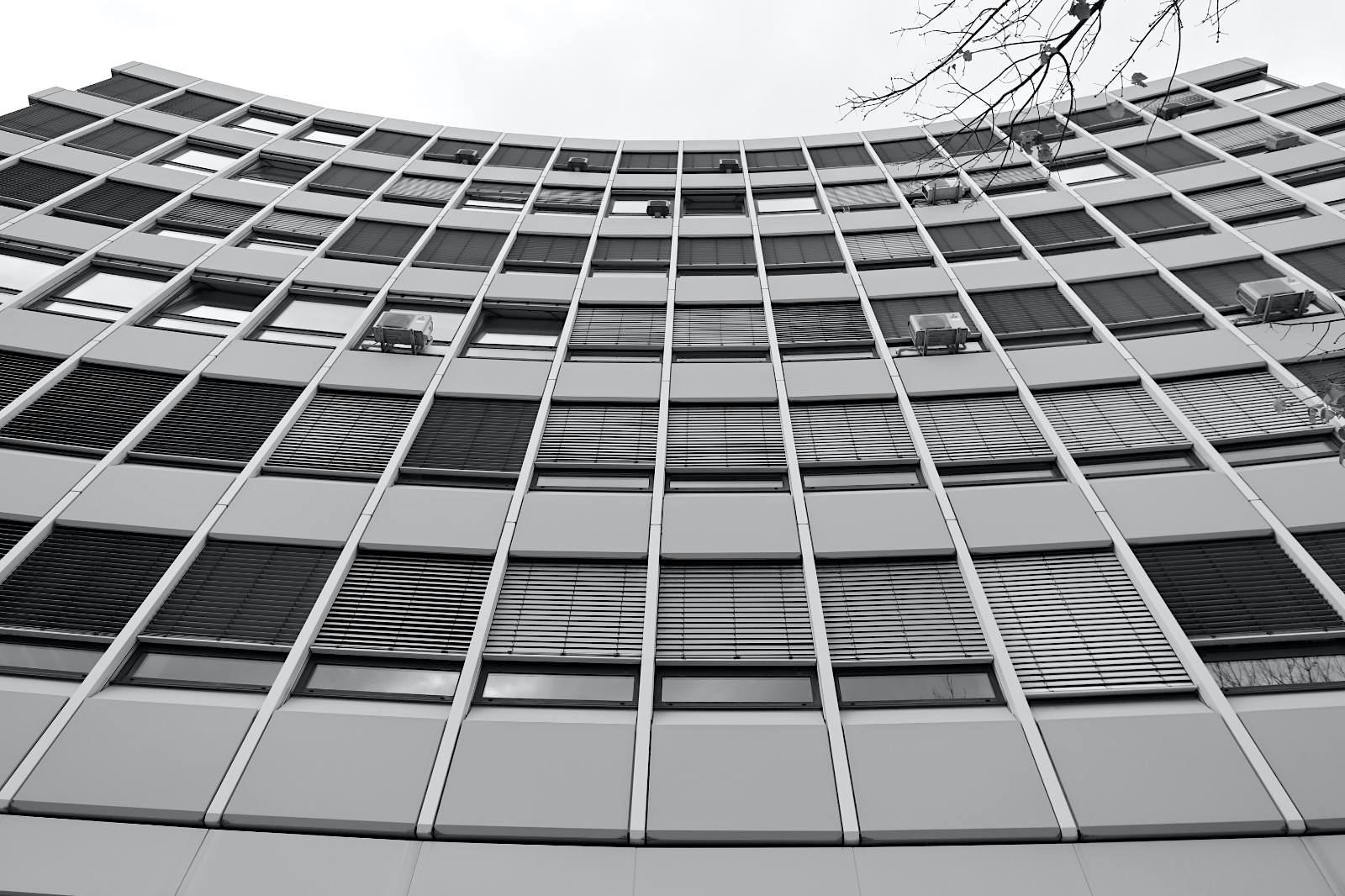 Bürogebäude. Entwurf: Clemens Grimm, Hans-Detlev Rösiger, 1963. Das achtgeschossige Bürogebäude mit der konkaven Form steht quer über einem spitzwinkligen Grundstück an einer markanten Stelle nahe der wichtigen innerstädtischen Kreuzung Kriegstraße und Karlstraße.