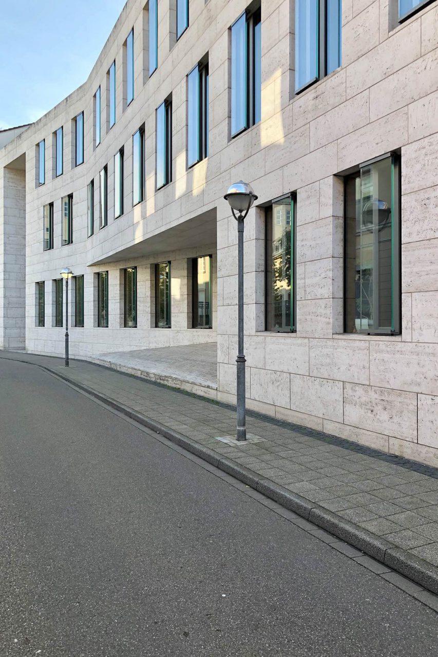 Bundesgerichtshof, Erweiterung. Entwurf: Dohle und Lohse, 2003. Die schlichte Natursteinfassade und eine insgesamt skulpturale Architektur sind die Merkmale der großen Erweiterung des Bundesgerichtshofs. Das Braunschweiger Büro entwarf die Bibliothek als Zentrum des Gebäudes mit einem Lesesaal im Erdgeschoss.