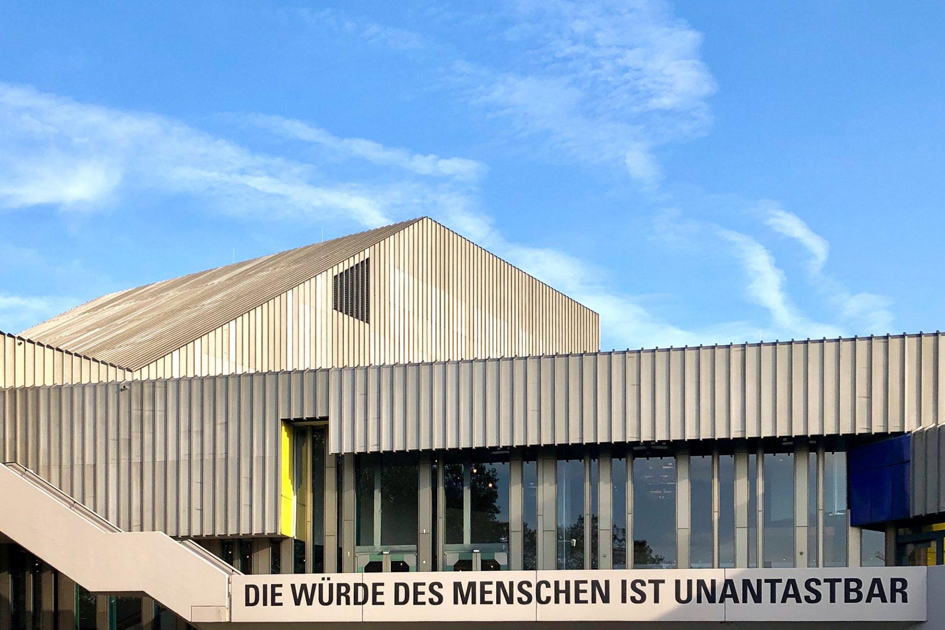 Badisches Staatstheater. Nach über 40-jähriger Nutzung wird das Staatstheater umfangreich saniert und erweitert. Die Generalsanierung umfasst den barrierefreien Umbau, die zeitgemäße Anpassung der Werkstätten und Büros. Der Neubau eines Schauspielhauses mit Kinder- und Jugendtheater ist Teil der Arbeiten. Die Pläne stammen vom Wiener Büro Delugan Meissl, die mit dem Büro Wenzel + Wenzel aus Karlsruhe kooperieren. Es gibt drei Bauabschnitte mit dem voraussichtlichen Abschluss 2030.