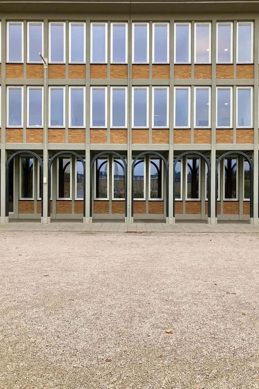 Landesbank Baden-Württemberg BW-Bank. Entwurf: Hermann Blomeier, 1956. Die dreigeschossige Stahlbetonkonstruktion mit der streng gegliederten Fassade und den Arkaden war der erste Neubau am Zirkel nach dem Zweiten Weltkrieg und damit ein für Karlsruhe symbolträchtiges Projekt.